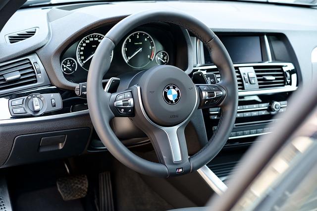 Wnętrze jednego z BMW dostępnych do kupienia w skupie aut za gotówkę w Gdyni