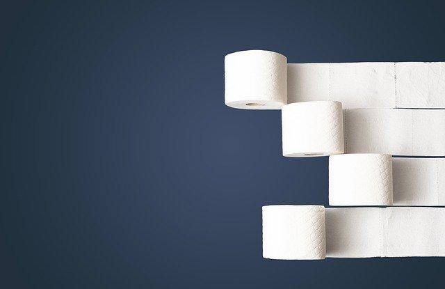 Papier toaletowy kojarzący się z problemami z hemoroidami, które leczone są w Gabinecie Derm-Estetyka